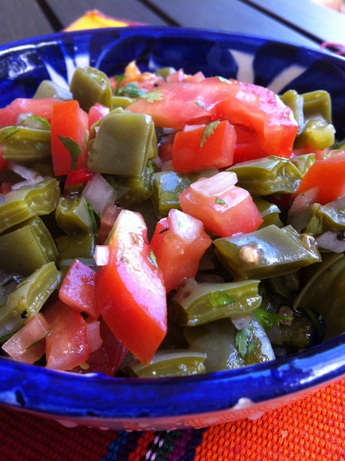 Ensalada de nopal. Un platillo muy Mexicano.