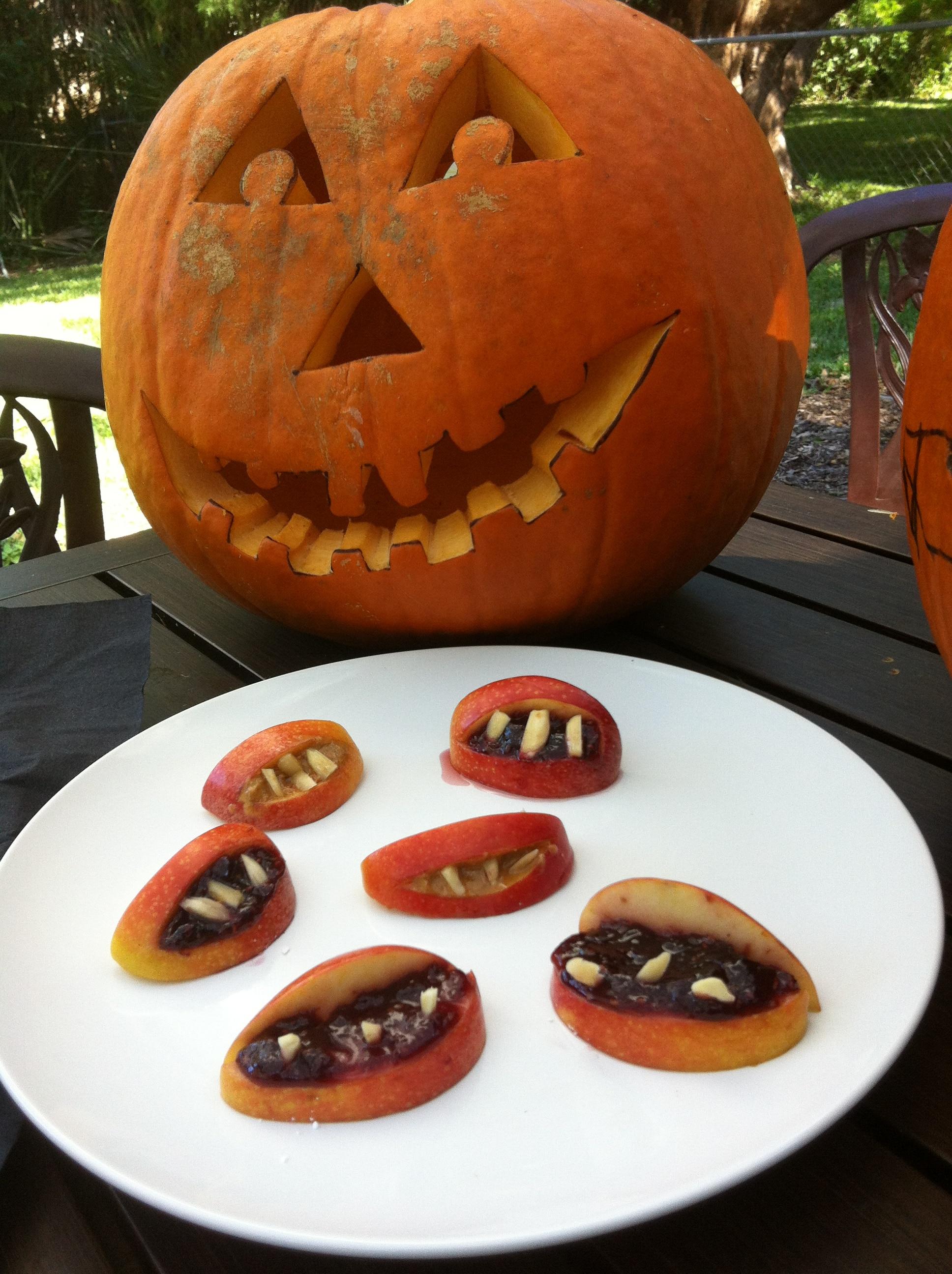 cómo hacer bocas de drácula con manzanas, manzanas para hacer bocas de drácula, snack vegano con manzanas, snack vegano para halloween, cómo hacer bocas de drácula
