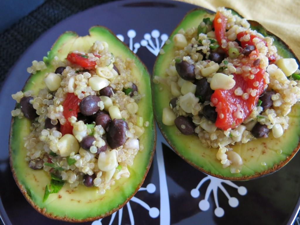 Aguacates rellenos con quinoa
