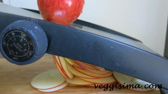 Rodajas de manzana en mandolina