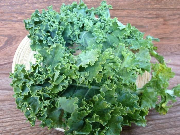 Cómo hacer chips de kale, como hacer chips de col rizada, chips de col rizada.